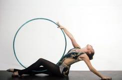 Akrobacje z hula obręczem prety kobieta akrobacj umiejętności śliczna dziewczyna na białym tle zdjęcia royalty free