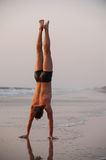 Akrobat auf dem Strand lizenzfreies stockbild