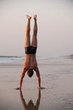 Akrobat auf dem Strand stockbilder