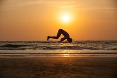 Akrobat auf dem Strand lizenzfreie stockfotos