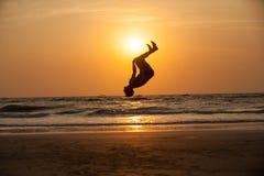 Akrobat auf dem Strand stockfotos