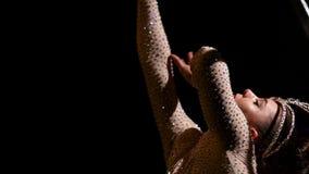 Akrobat a dreht sich auf einen Metallbau in einer vertikalen Schnur Schwarzer Hintergrund Langsame Bewegung Abschluss oben stock video footage