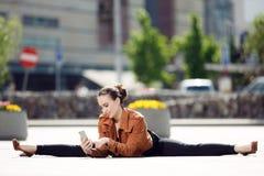 Akrobat som använder telefonen Arkivbilder