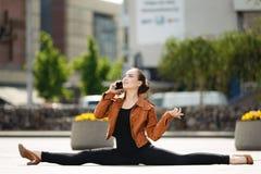 Akrobat som använder telefonen Royaltyfri Fotografi
