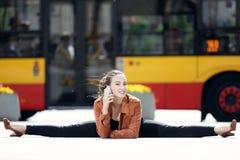 Akrobat som använder telefonen Arkivfoto