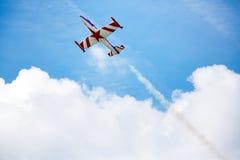 Akrobata w ruchu pokaz lotniczy Zdjęcie Royalty Free
