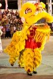 Akrobaten führen einen Löwe und einen Drachetanz durch Stockfotos