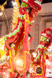 Akrobaten führen einen Löwe und einen Drachetanz durch Lizenzfreie Stockbilder