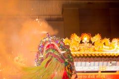 Akrobaten führen einen Löwe und einen Drachetanz durch Lizenzfreies Stockbild