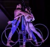 Akrobaten führen einen Trick auf den verschobenen Riemen durch stockbild