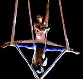 Akrobaten führen einen Trick auf Riemen verschoben i durch stockfotos