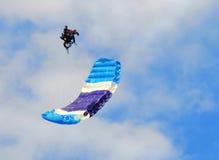 akrobaten hoppa fallskärm royaltyfri bild