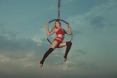Akrobatik auf einem Band der Hintergrund des Himmels Lizenzfreie Stockfotos