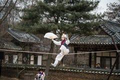 Akrobatik på en spänd lina som går på den koreanska Folk byn Arkivfoton