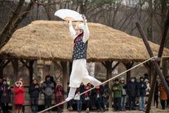 Akrobatik på en spänd lina som går på den koreanska Folk byn Royaltyfri Foto