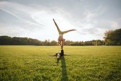 Akrobatische Balance am Park Lizenzfreie Stockfotos