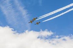 Akrobatische Bremsung planiert RUS von Aero ALCA L-159 auf Luft während des Luftfahrt-Sportereignisses, das dem 80. Jahrestag von Stockfotografie
