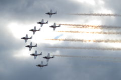 Akrobatische Flugzeuge in der Anordnung Lizenzfreie Stockfotos