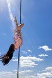 Akrobatische Leistung des Tänzers auf Pfosten mit Lächeln in der Sommersonne Lizenzfreie Stockfotos