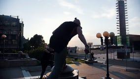 Akrobatische Männer, die parkour Trick durchführen - springend weg von der Grenze stock video footage
