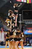 Akrobatische Sprungsshowcheerleadern Lizenzfreie Stockbilder