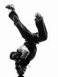 Akrobatischer Breakdancer des Hip-Hop, der Handstand des jungen Mannes breakdancing ist Stockfotos