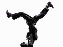 Akrobatischer Breakdancer des Hip-Hop, der Handstand des jungen Mannes breakdancing ist Lizenzfreie Stockfotos