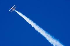 Akrobatisches Flugzeug im Flug Lizenzfreies Stockfoto