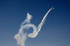 Akrobatisches Flugzeug im Flug Stockbild