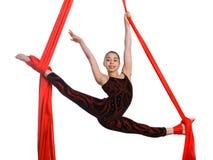 Akrobatisches gymnastisches Mädchen, das auf Gewebeseil trainiert Stockbild
