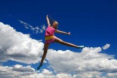 Akrobatisches Mädchen im mitten in der Luft stockfotos