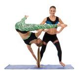 Akrobatisk sammansättning av nätta sportiga flickor Arkivbilder