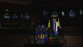 Akrobatisk show som utförs av bartendern som jonglerar flaskan Stångbakgrund Arkivbilder