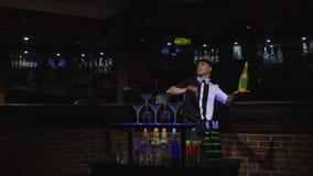 Akrobatisk show som utförs av bartendern som jonglerar flaskan Stångbakgrund Fotografering för Bildbyråer