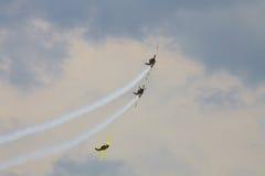 Akrobatiska nivåer YAK-52 på SNEDHET 2015 Royaltyfria Foton