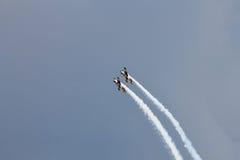 Akrobatiska nivåer YAK-52 på SNEDHET 2015 Royaltyfria Bilder