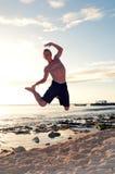 Akrobatiskt hopp på stranden Royaltyfria Bilder