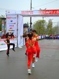 Akrobatiskt vagga - och - rullar showmaratonstart Royaltyfri Fotografi