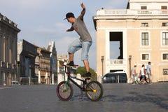 Akrobatpojke med cykeln Royaltyfri Bild