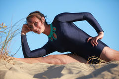 Akrobatyczna gimnastyczka robi rozłamowi na plaży Zdjęcie Stock