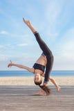 Akrobatyczna równowaga, młoda gimnastyczka Zdjęcia Royalty Free