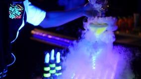Akrobatycznego przedstawienie barmanu spełniania powystawowy ruch przy noc klubem - pojęcie bartending w akci stylu wolnego amery fotografia stock