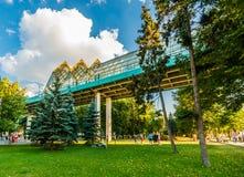 Akrobatyczni ćwiczenia Andreevsky zwyczajnym mostem w Moskwa Iść Obrazy Royalty Free