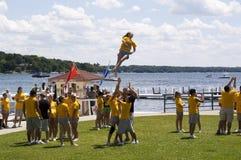 akrobatyczni ćwiczenia wykonują uczni zdjęcie stock