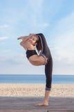 Akrobatyczny elastyczny młoda dziewczyna tancerz Obrazy Royalty Free
