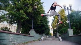Akrobatyczny mężczyzna działający w górę i skacze od jeden stojaka inny zbiory wideo