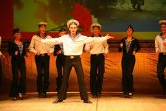 Akrobatyczny stary tradycyjny krajowy Rosyjski żeglarza taniec Yablochko Zdjęcia Royalty Free