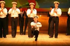 Akrobatyczny stary tradycyjny krajowy Rosyjski żeglarza taniec Yablochko Obrazy Stock