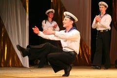 Akrobatyczny stary tradycyjny krajowy Rosyjski żeglarza taniec Yablochko Obraz Stock