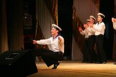 Akrobatyczny stary tradycyjny krajowy Rosyjski żeglarza taniec Yablochko Fotografia Stock